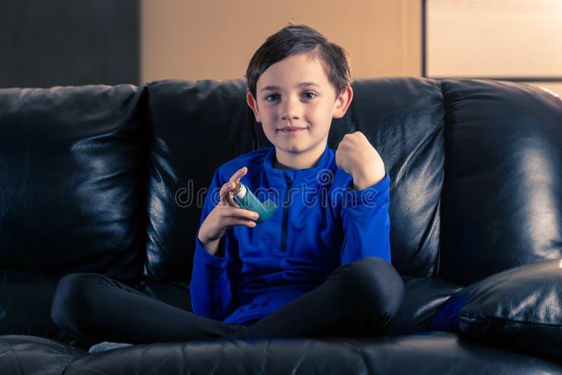 Weinig jongen met astmainhaleertoestel stock afbeelding