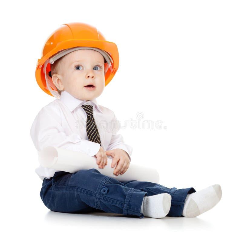 Weinig jongen met bouwvakker en techniektekening royalty-vrije stock fotografie