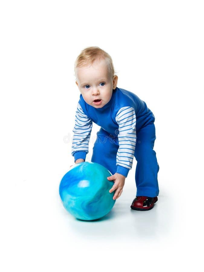 Weinig jongen met de bal op wit royalty-vrije stock afbeeldingen