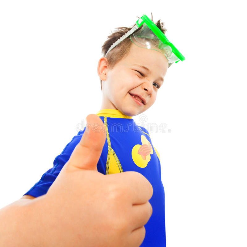 Weinig jongen met duimen op gebaar op zee royalty-vrije stock foto's