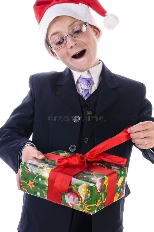 Weinig jongen met een gift stock afbeeldingen