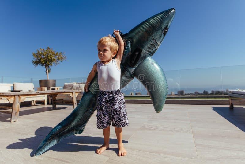 Weinig jongen met een groot poolstuk speelgoed royalty-vrije stock foto