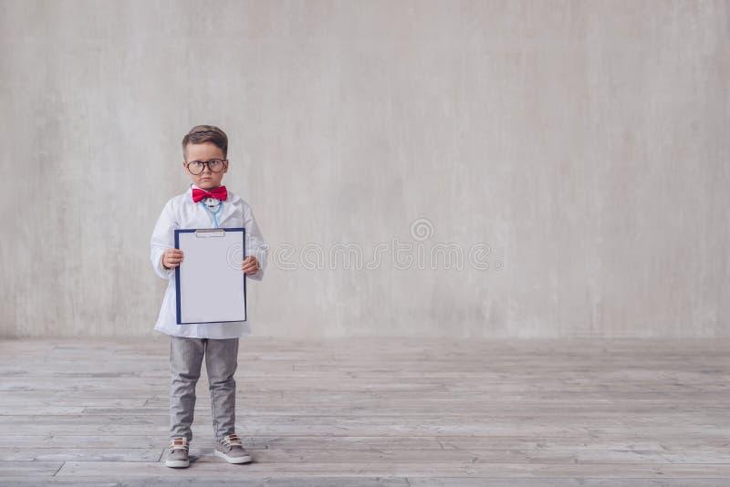 Weinig jongen met een klembord royalty-vrije stock afbeeldingen