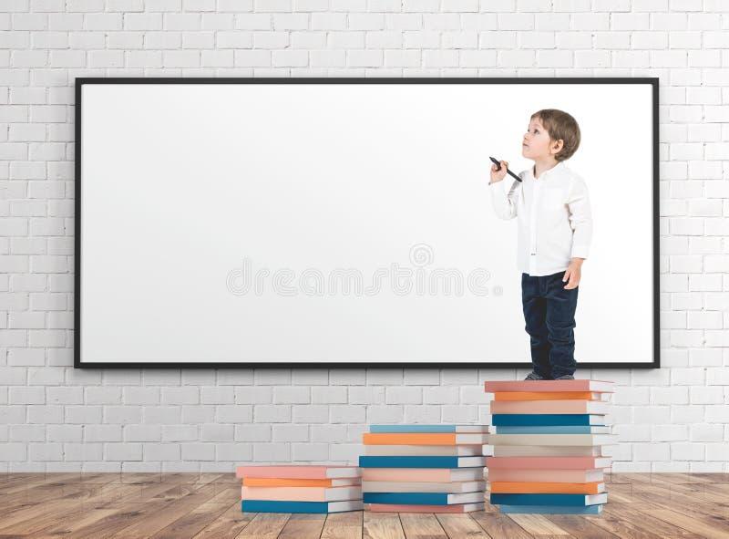 Weinig jongen met een teller op boeken stapelt zich whiteboard op royalty-vrije stock afbeelding