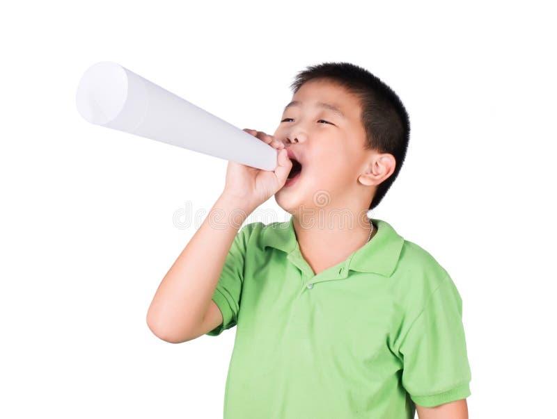 Weinig jongen met een valse die megafoon maakte met Witboek op de witte achtergrond, rechten wordt geïsoleerd van een kind stock fotografie