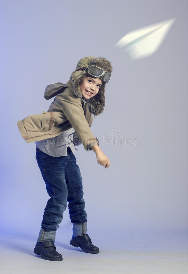 Weinig jongen met een vliegtuig. royalty-vrije stock afbeelding