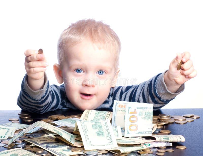 Weinig jongen met geld stock foto