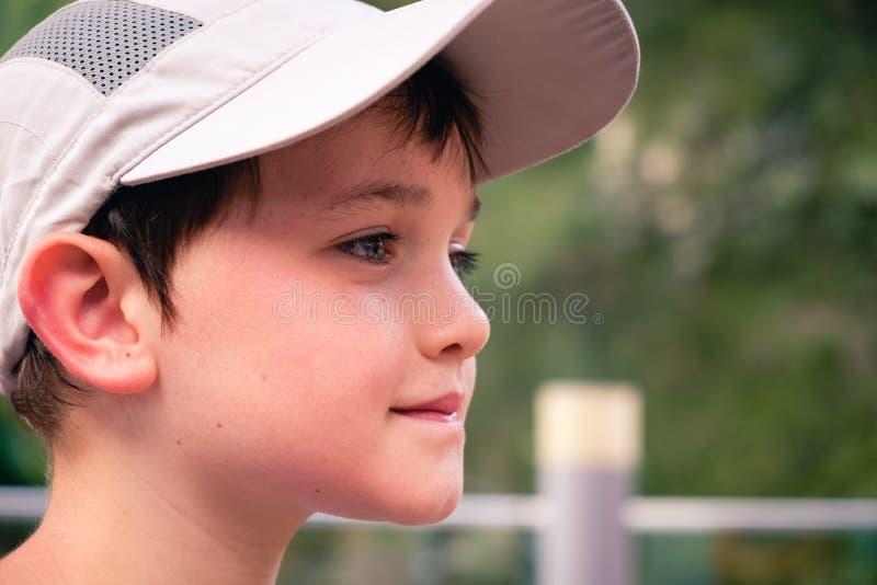 Weinig jongen met grijze honkbalhoed stock fotografie