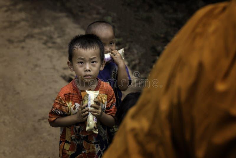 Weinig jongen met in hand suikergoed stock afbeeldingen