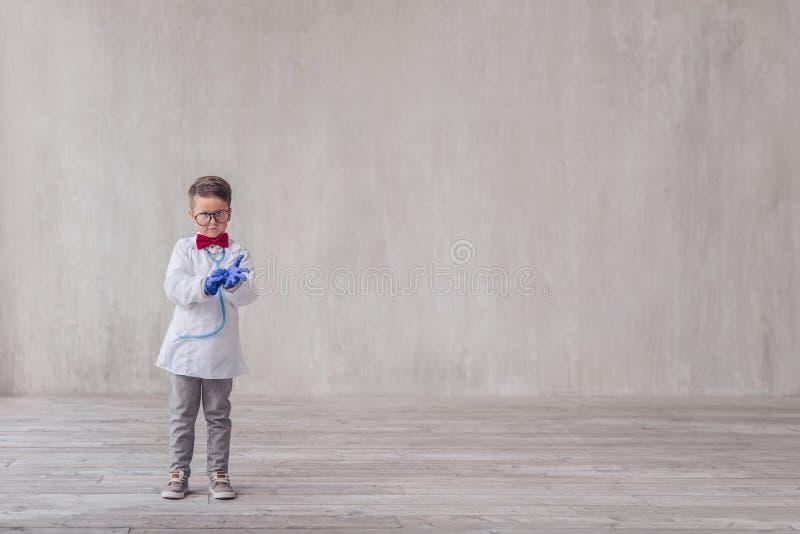 Weinig jongen met handschoenen stock foto
