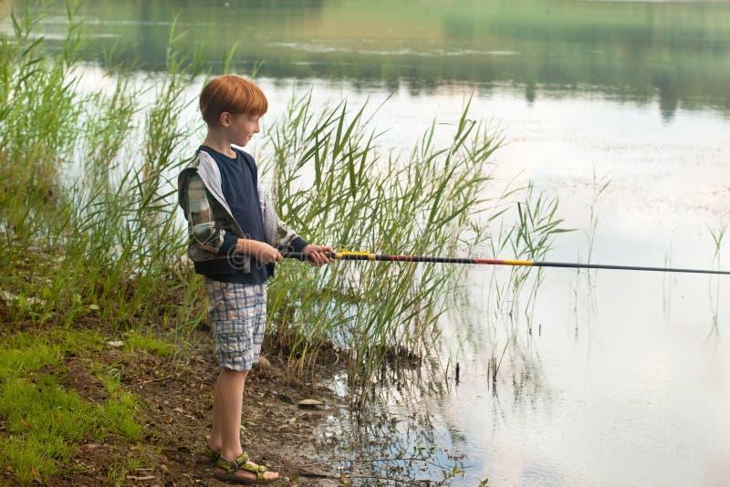 Weinig jongen met hengel stock fotografie