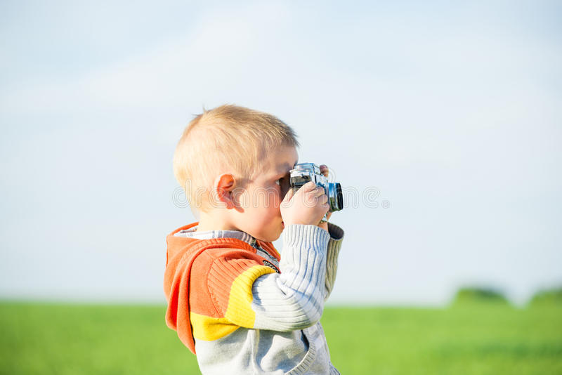 Weinig jongen met het oude camera openlucht schieten royalty-vrije stock foto