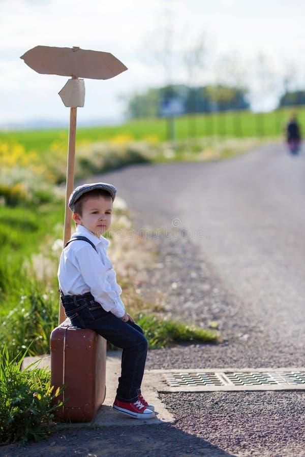 Weinig jongen met koffer en kaart royalty-vrije stock foto