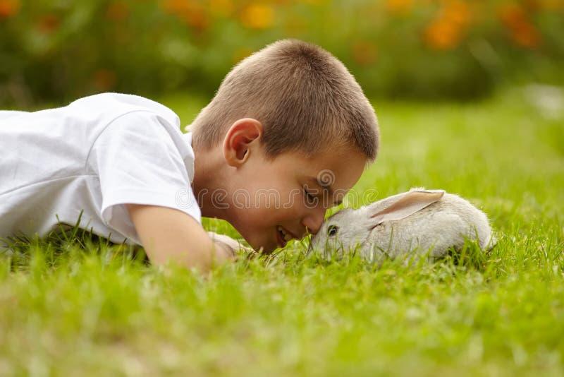 Weinig jongen met konijn stock afbeelding