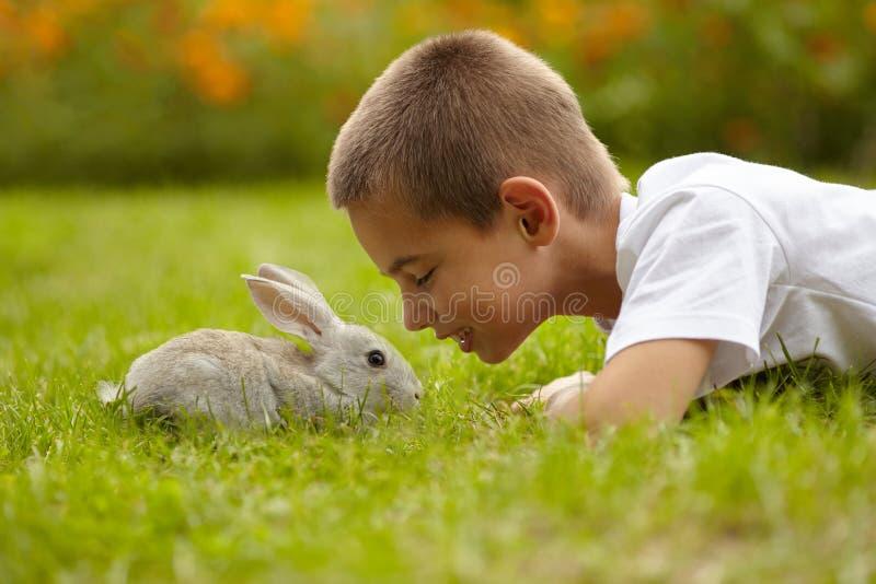 Weinig jongen met konijn royalty-vrije stock afbeelding