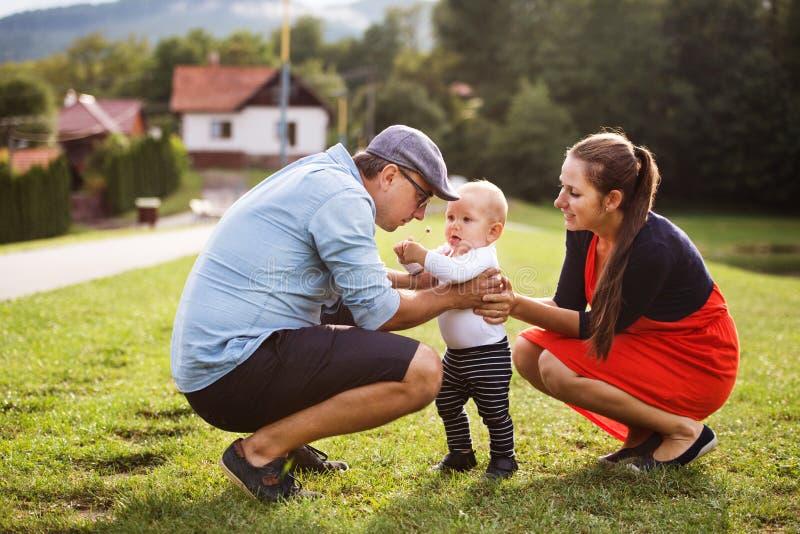 Weinig jongen met ouders die eerste stappen maken royalty-vrije stock fotografie