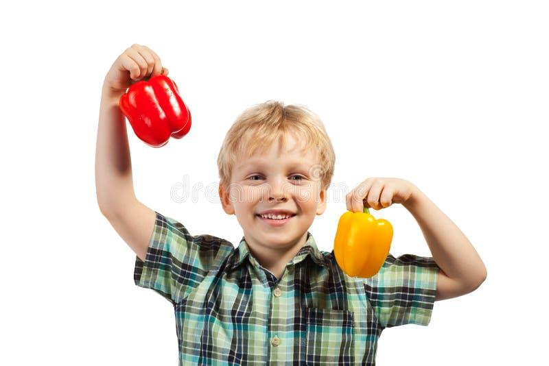 Weinig jongen met paprika stock foto