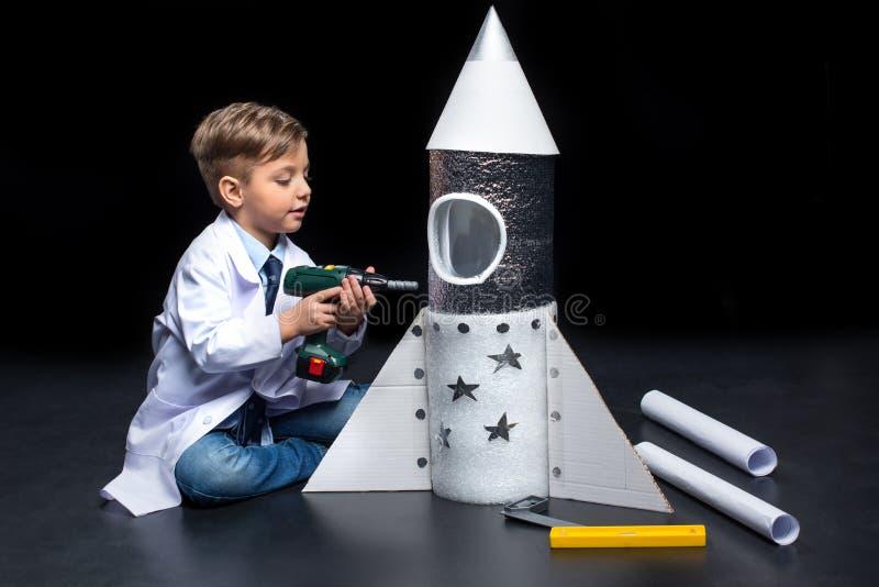 Weinig jongen met raket royalty-vrije stock afbeeldingen