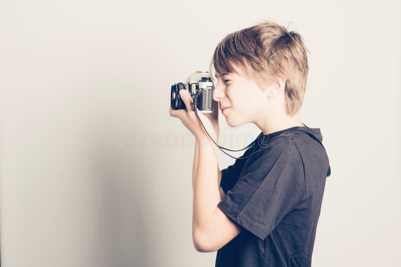 Weinig jongen met uitstekende reflexcamera royalty-vrije stock foto's