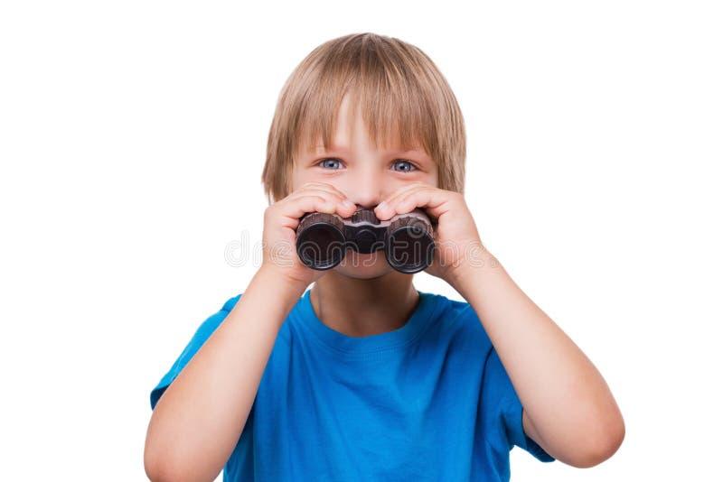 Weinig jongen met verrekijkers royalty-vrije stock fotografie