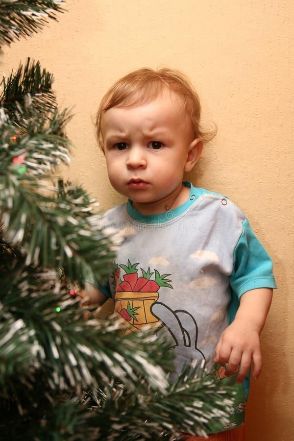 Weinig jongen met wantrouwende blik royalty-vrije stock afbeelding