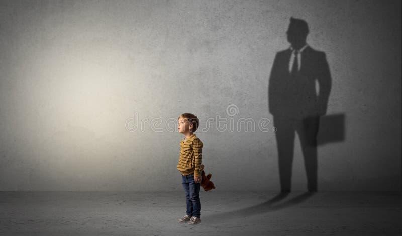 Weinig jongen met zakenmanschaduw stock afbeelding