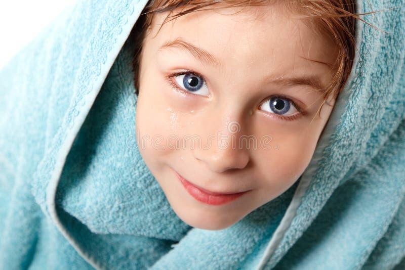 Weinig jongen mooi na douche met badhanddoek royalty-vrije stock foto's