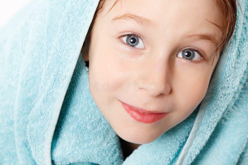 Weinig jongen mooi na douche met blauwe badhanddoek en bathr stock foto