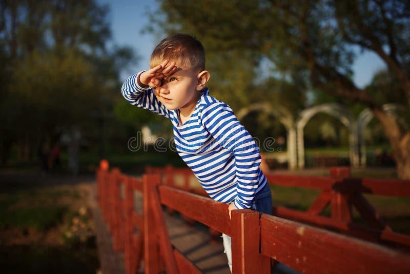 Weinig jongen onderzoekt de afstand royalty-vrije stock foto