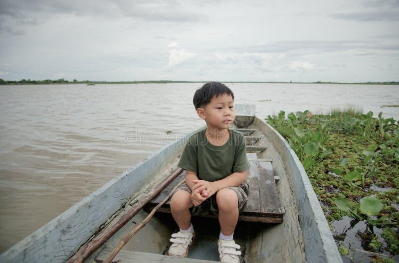 Weinig jongen op een bootrit bij Meer royalty-vrije stock fotografie