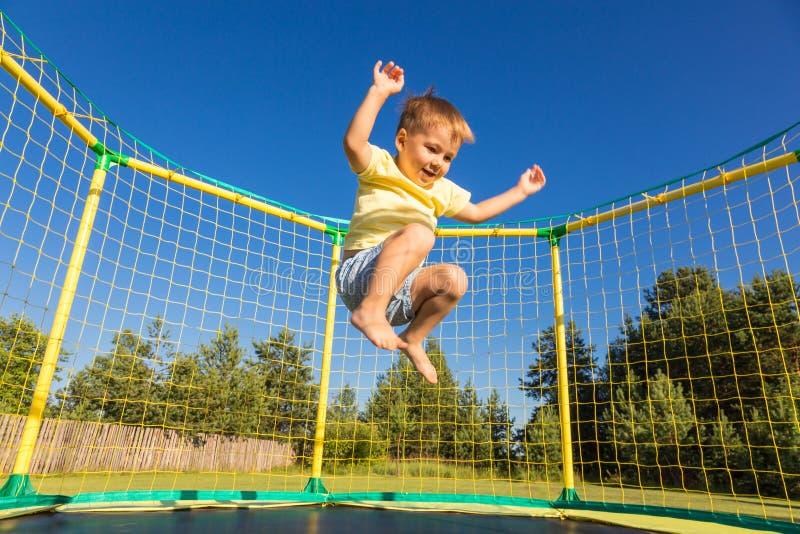 Weinig jongen op een trampoline royalty-vrije stock afbeeldingen