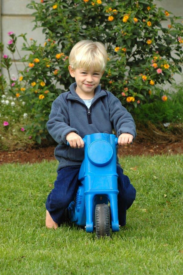 Weinig jongen op fiets stock afbeeldingen