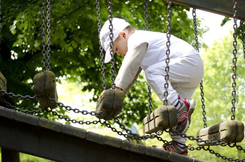 Weinig jongen op speelplaats stock fotografie