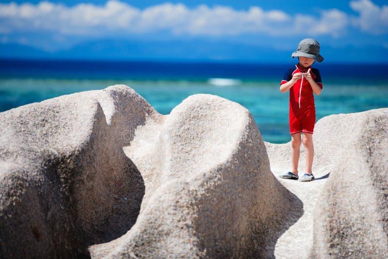Weinig jongen op vakantie in Seychellen stock foto
