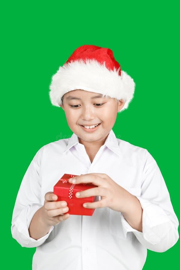 Weinig jongen opent de doos van de Kerstmisgift royalty-vrije stock foto's