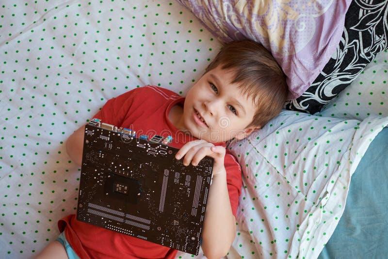 Weinig jongen speelt met een kringsraad stock fotografie