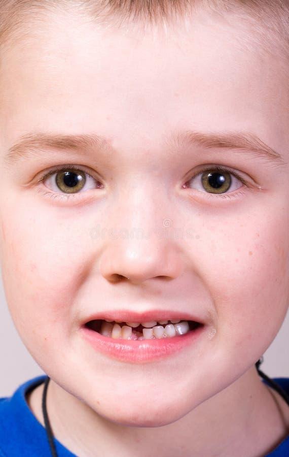 Weinig jongen - tandzorg stock foto