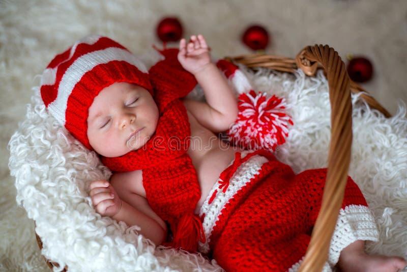 Weinig jongen van de slaap pasgeboren baby, die Kerstmanhoed dragen royalty-vrije stock foto