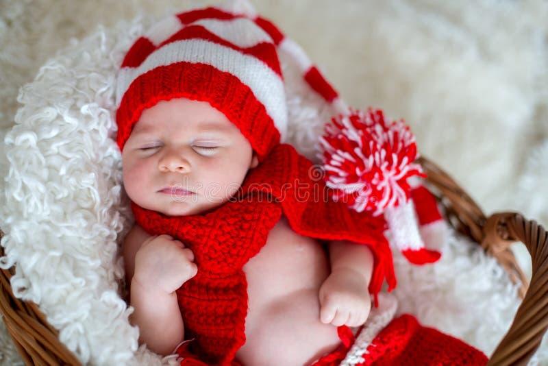 Weinig jongen van de slaap pasgeboren baby, die Kerstmanhoed dragen stock foto
