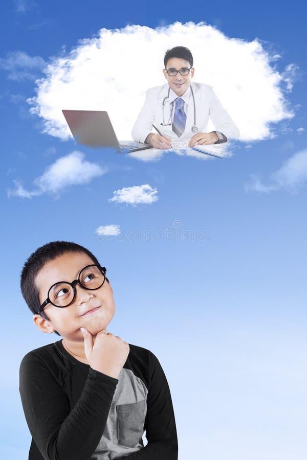 Weinig jongen veronderstelt een arts royalty-vrije stock afbeeldingen