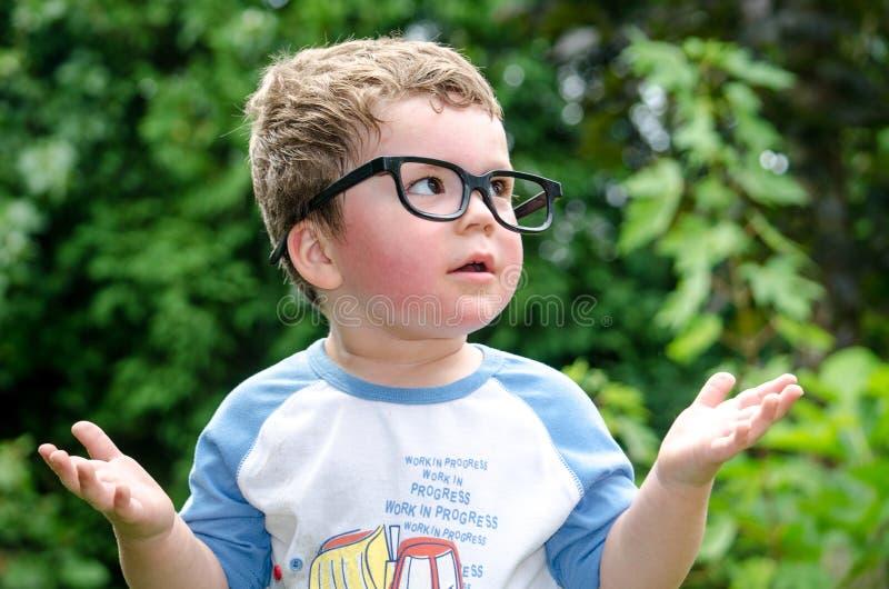 Weinig jongen vraagt waarom royalty-vrije stock foto