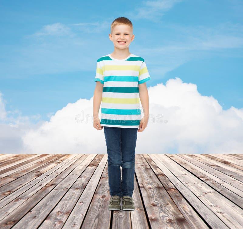 Weinig jongen in vrijetijdskleding stock fotografie