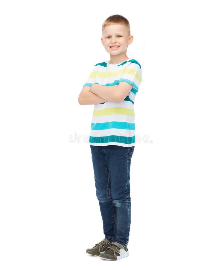 Weinig jongen in vrijetijdskleding met gekruiste wapens stock afbeeldingen