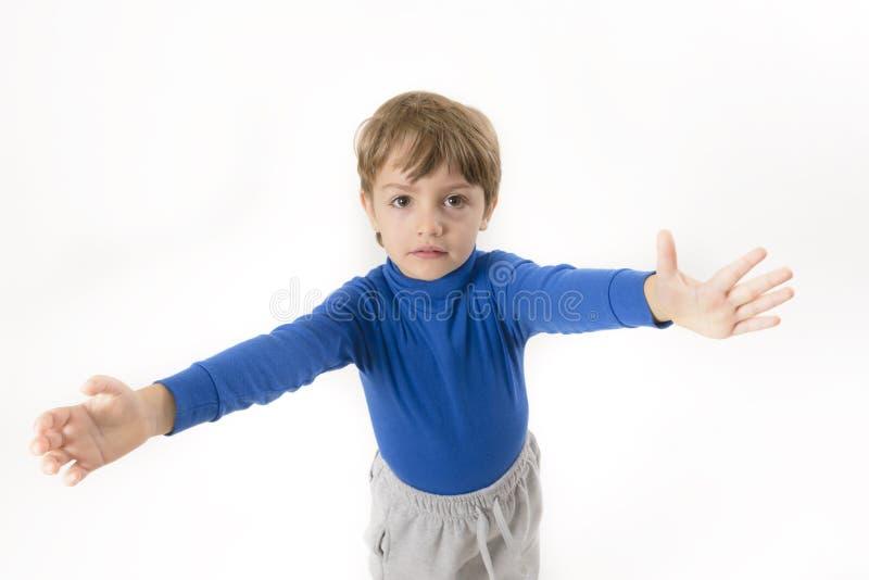 Weinig jongen wil worden omhelst stock fotografie