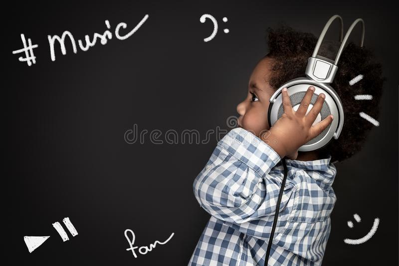 Weinig jongen zingt babyliederen royalty-vrije stock afbeelding