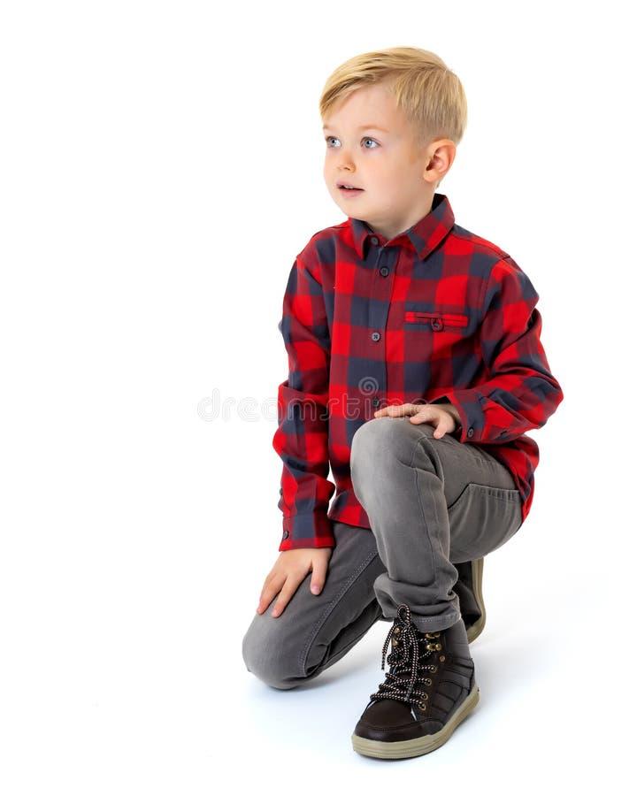 Weinig jongen zit op de vloer royalty-vrije stock foto's