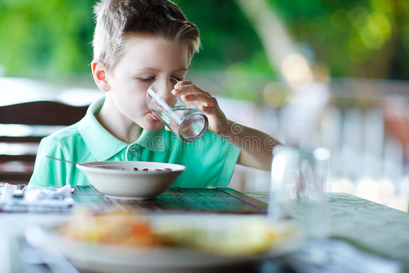 Weinig jongens drinkwater royalty-vrije stock foto