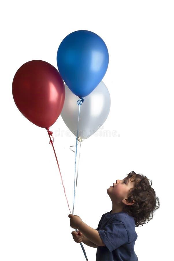 Weinig jongens rode blauwe en witte ballons stock fotografie
