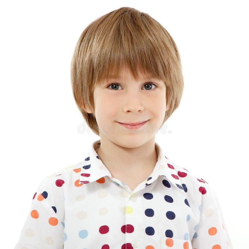 Weinig jongens vrolijk portret dat op wit wordt geïsoleerd stock foto's