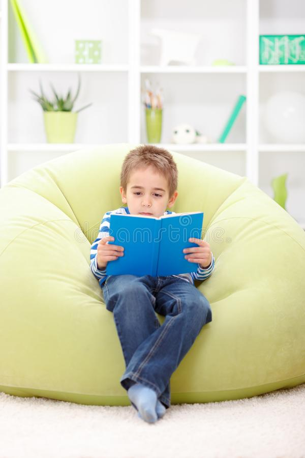 Weinig jongenslezing van boek stock afbeeldingen